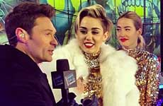 Miley Cyrus usa un abrigo de piel en Time Square