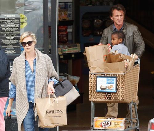 Sean Penn y Charlize Theron se mudan juntos...