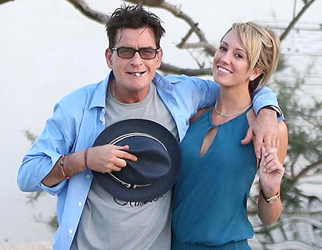Charlie Sheen comprometido con Brett Rossi