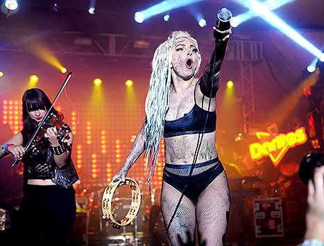 Lady Gaga vomitada en su concierto SXSW - DISGUSTING!!!