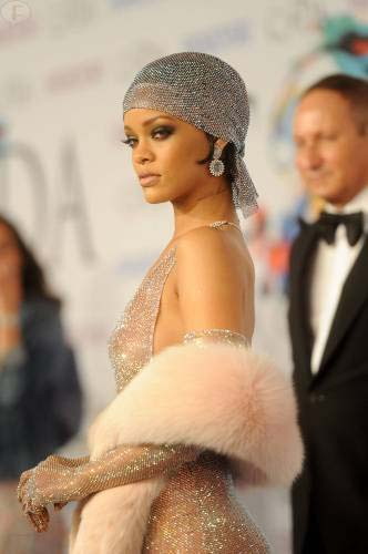 Rihanna recibe el Fashion Icon Award casi desnuda