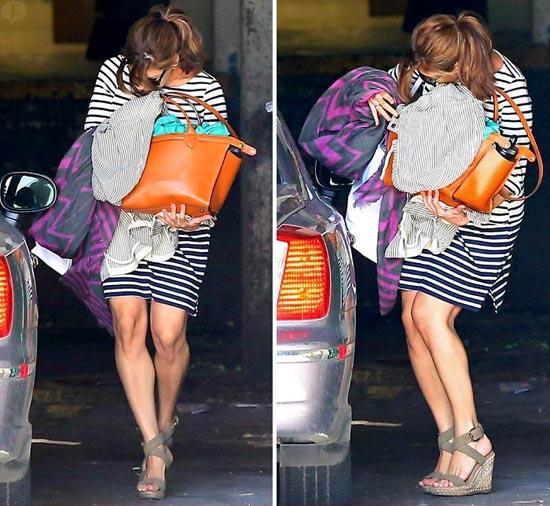 Eva Mendes escondiendo su baby bump