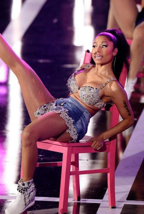 Nicki Minaj se lastima el trasero en el Fashion Rocks - Implantes??