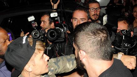 Justin Bieber golpea a un paparazzi en Paris