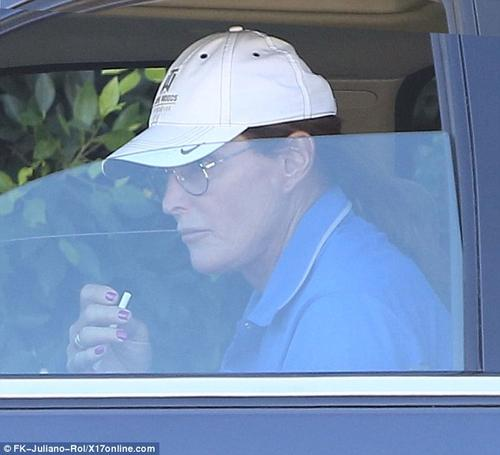Bruce Jenner con las uñas pink! Dude looks like a lady!