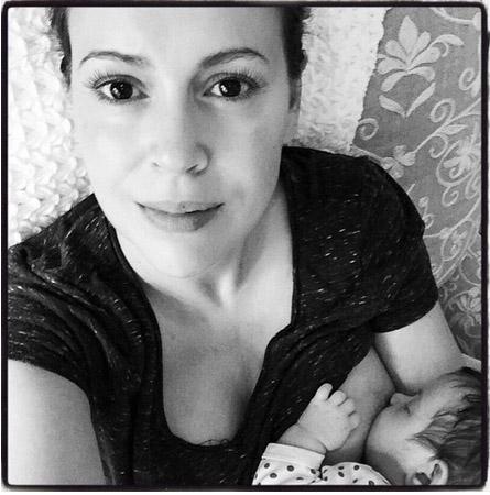 Alyssa Milano: foto amamantando a su baby