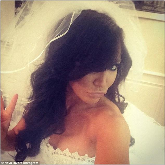 Naya Rivera disfrazada de novia por encargo