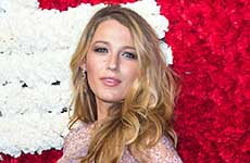 Blake Lively debuta su barriguita en la red carpet!