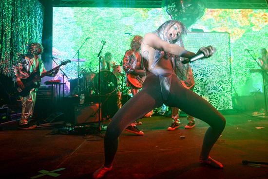 Miley Cyrus se droga en el escenario en Basel - Sale Topless