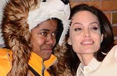 Angelina Jolie conforta a una fan saliendo de 'Daily Show'