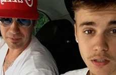 El padre de Justin lanza un perro por el balcón