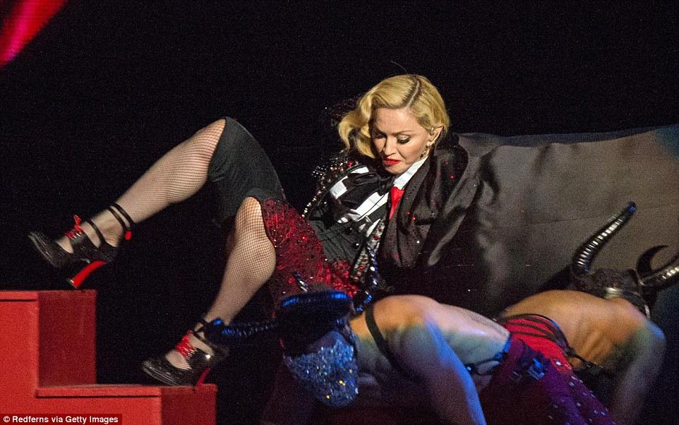 Madonna se cae en los Brit Awards 2015 - Ouch!