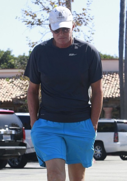 Bruce Jenner recuperándose de implantes de senos