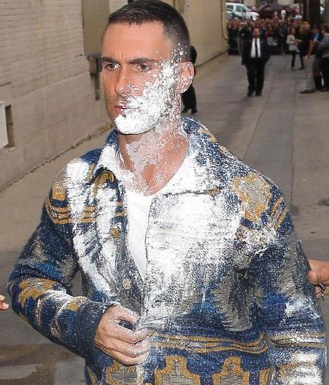 A Adam Levine le lanzan azúcar - SUGAR BOMBED!!