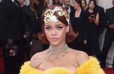 Rihanna y su horrible capa en el MET Gala 2015