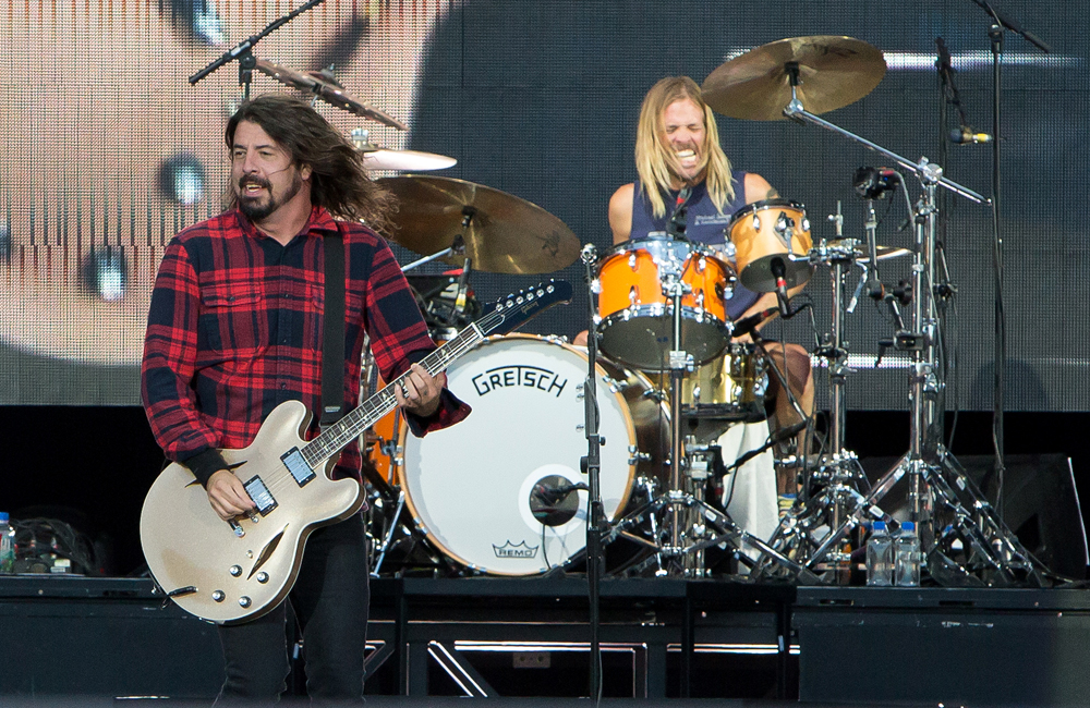 Foo Fighters, Dave Grohl se parte la pierna en concierto y lo termina