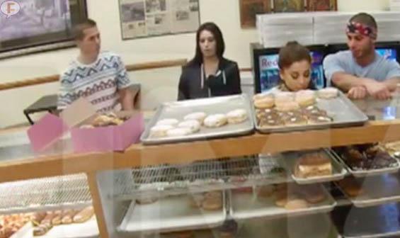 Ariana Grande lame donuts y dice que odia a América!