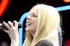 Avril Lavigne rompe en llanto durante entrevista