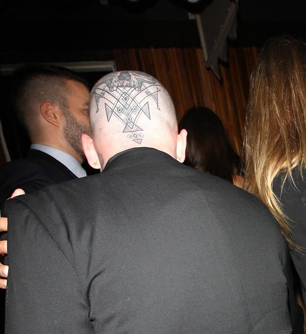 Benji Madden se tatuó el cráneo