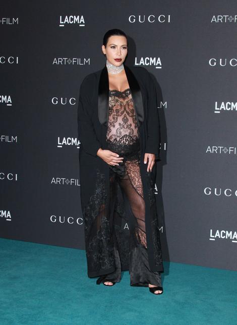 El look de encaje transparente de Kim Kardashian