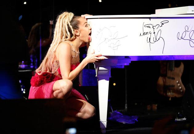 Miley Cyrus y lengua recaudan 50 mil para caridad