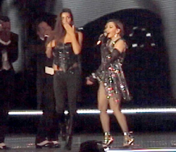 Madonna expone pecho de una menor en su concierto