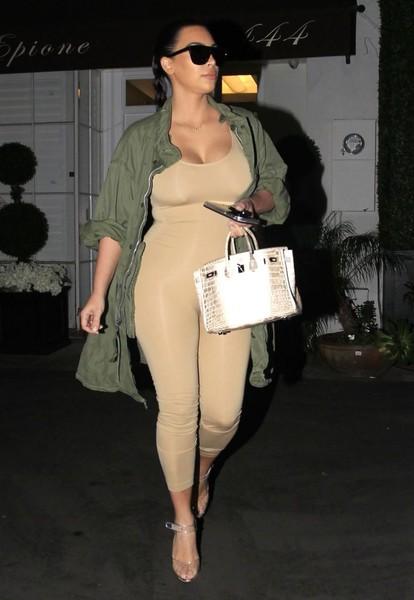 Kim Kardashian publica foto desnuda (actual o vieja?)