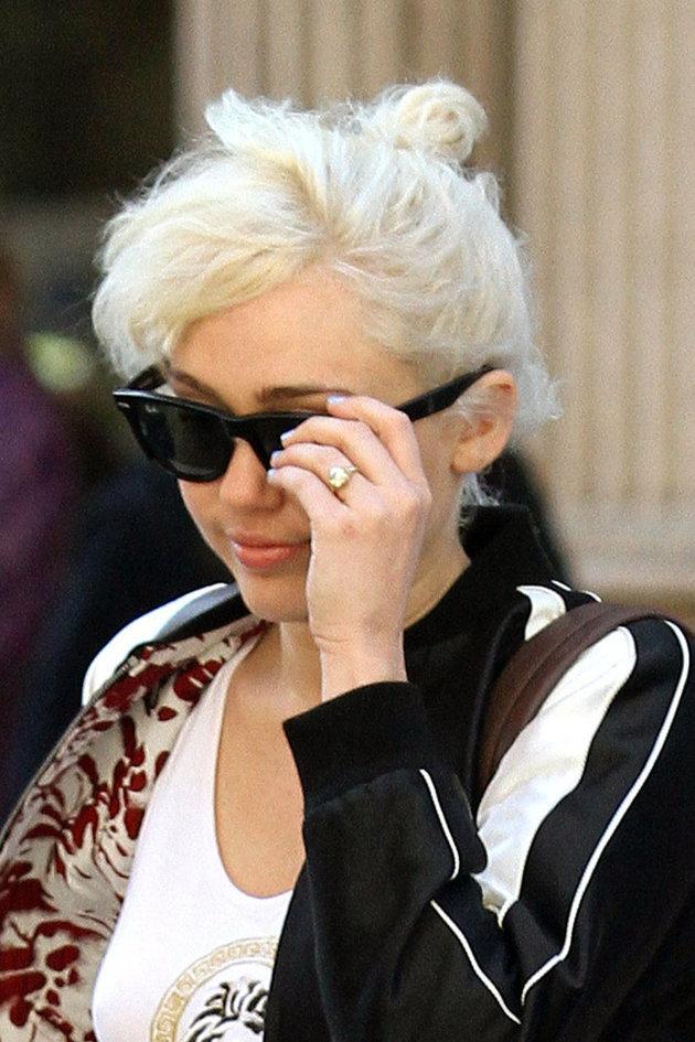 Miley Cyrus: anillo de compromiso y discreta