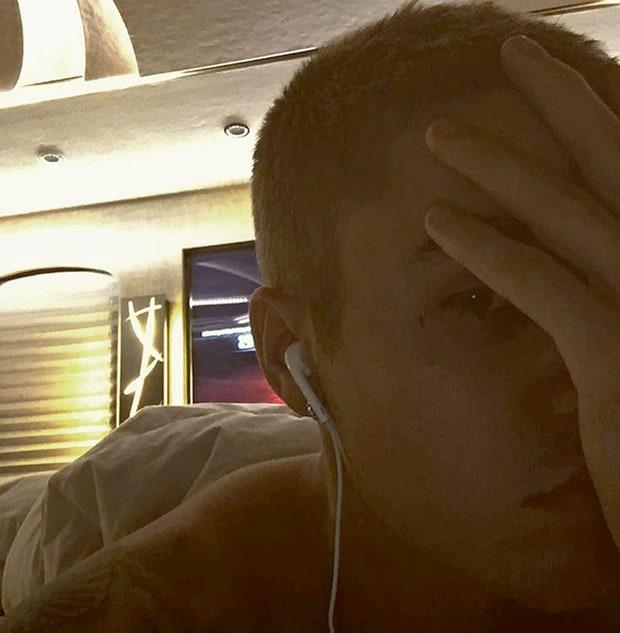 Justin Bieber se tatuó una cruz en la cara