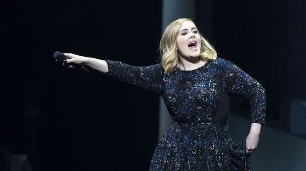 Productor duda de la voz de Adele, ella contesta, él se disculpa