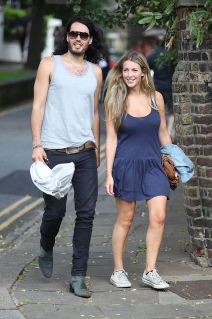 Russell Brand comprometido con Laura Gallagher!