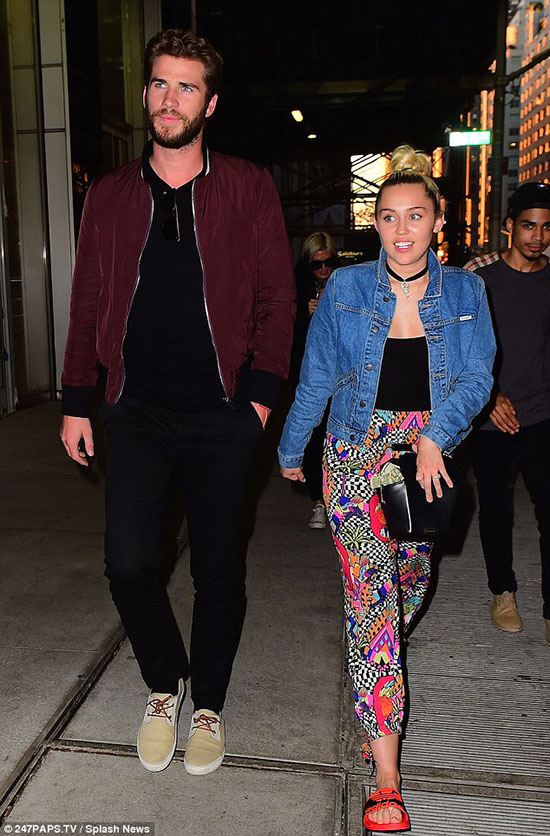 Miley Cyrus y Liam Hemsworth cita en SoHo – LOVE!