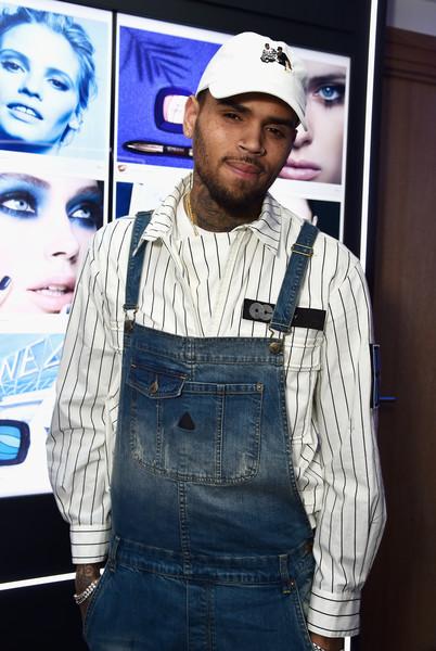 Chris Brown amenaza a una mujer con pistola. Llaman a la policia