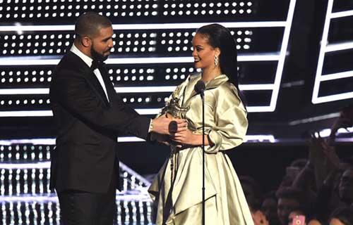 Rihanna esquiva beso de Drake VMAs 2016