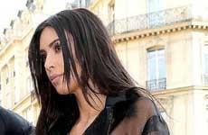 Kim Kardashian: bromista trata de besar su trasero en París