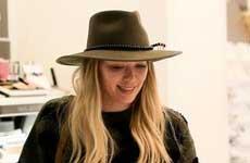 Critican a Hilary Duff por besar a su hijo en la boca