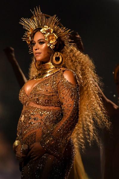 Carlos Santana dijo Beyoncé no es cantante, Adele sí.