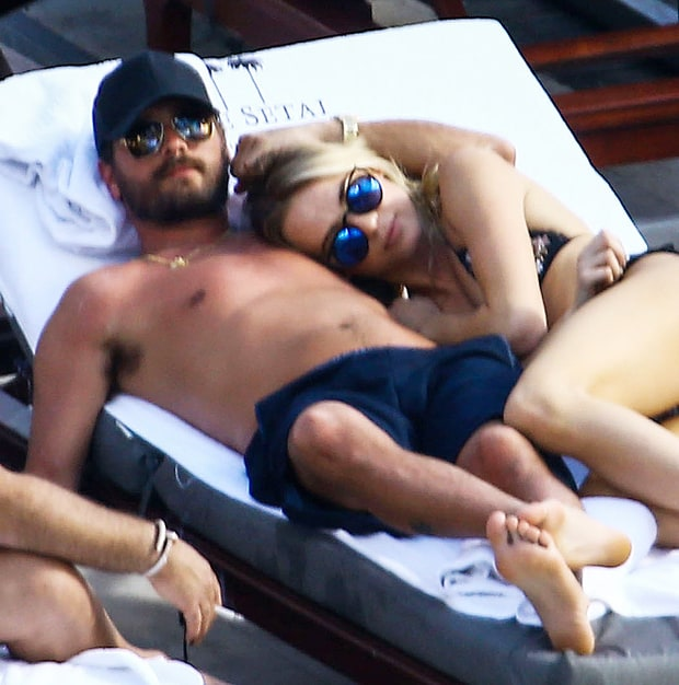 Guess What? Scott Disick con una rubia en la piscina!!