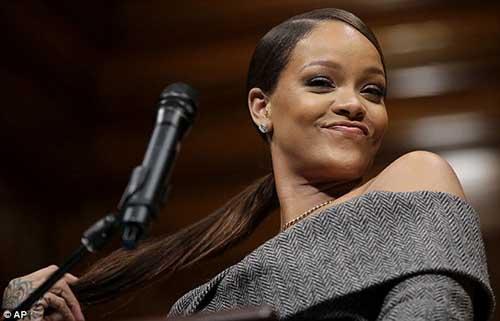 Rihanna recibe premio Humanitaria del año 2017 Harvard
