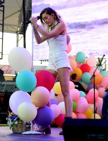La nueva Miley Cyrus escribió una canción en sus sueños! LOL!