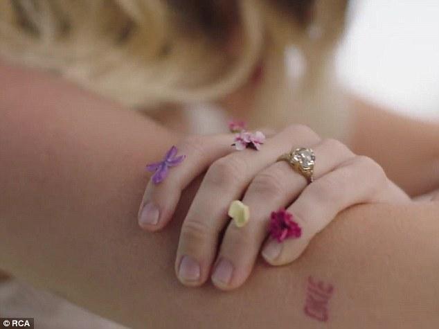 Miley Cyrus en su video Malibu