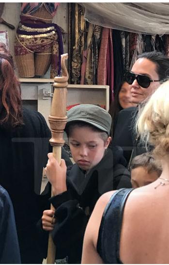Angelina Jolie con Shiloh y Knox en una feria