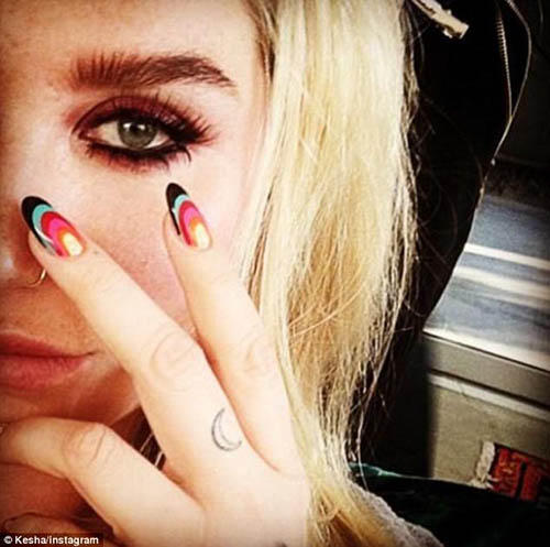 Kesha muestra nuevos tatuajes