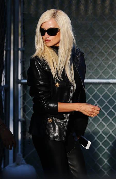 Vean a Penelope Cruz como Donatella Versace! WTF?