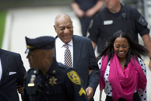Bill Cosby sonríe mientras testigo habla en su juicio