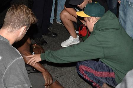 Justin Bieber choca a un paparazzo
