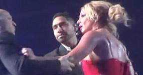 Britney Spears aterrada por hombre que sube al escenario