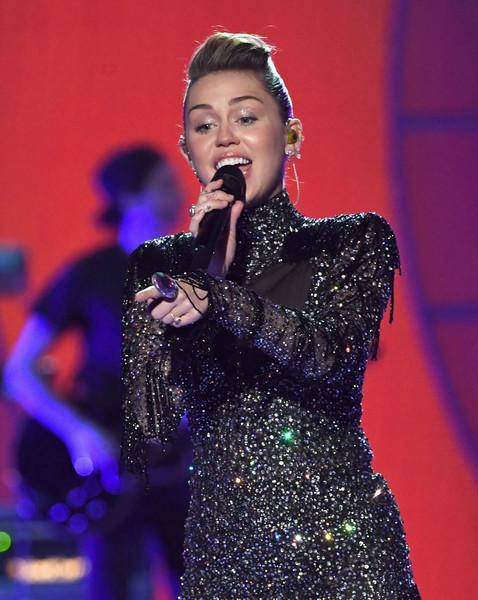 """Miley Cyrus: """"Wrecking Ball"""" no refleja quien soy ahora. HA!"""