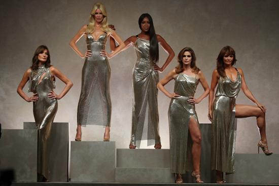 Top Models 90s: Naomi, Cindy, Helena reunidas para Versace