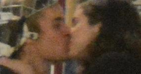 Justin Bieber y Selena Gomez se besan en público!!